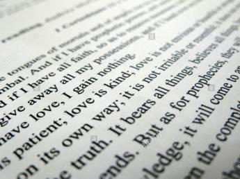 corinzi-13-la-bibbia-il-testo-in-una-cerimonia-di-nozze-include-lamore-e-paziente-l-amore-e-la-natura-lamore-non-invidia-o-vantano-he2800